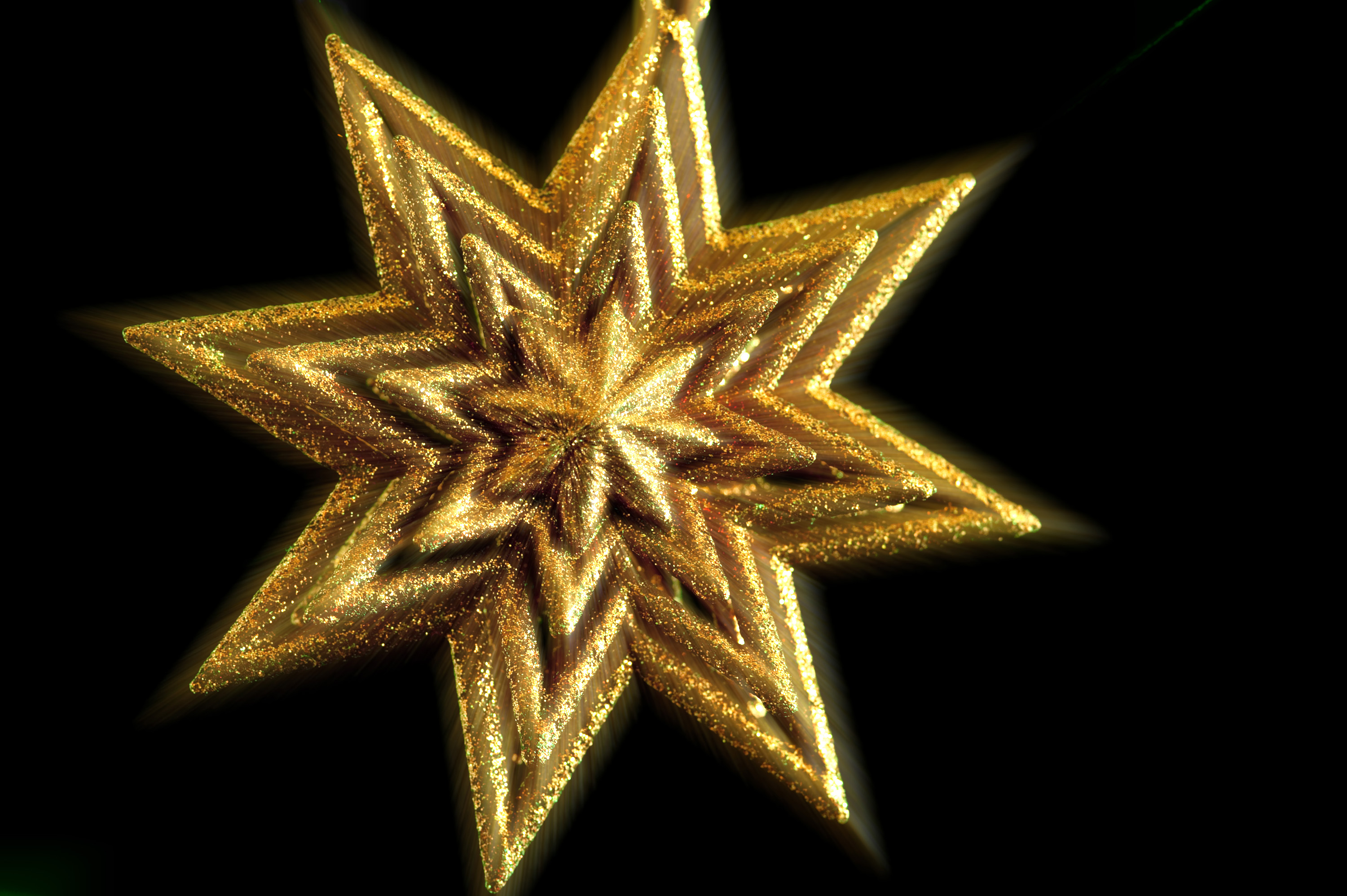 a golden christmas tree top ornament with slap zoom effect