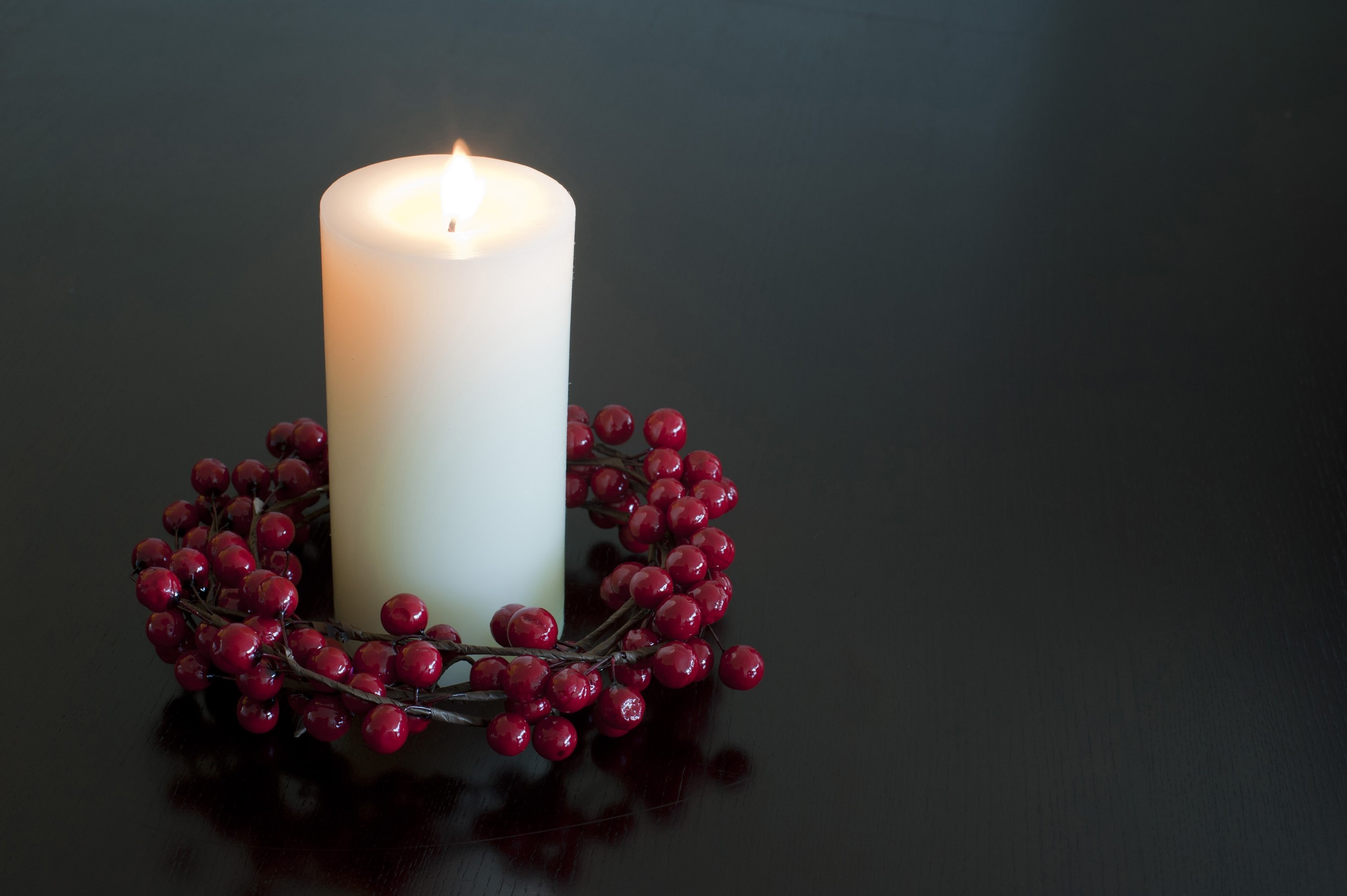 photo of christmas candle with a berry wreath free christmas images